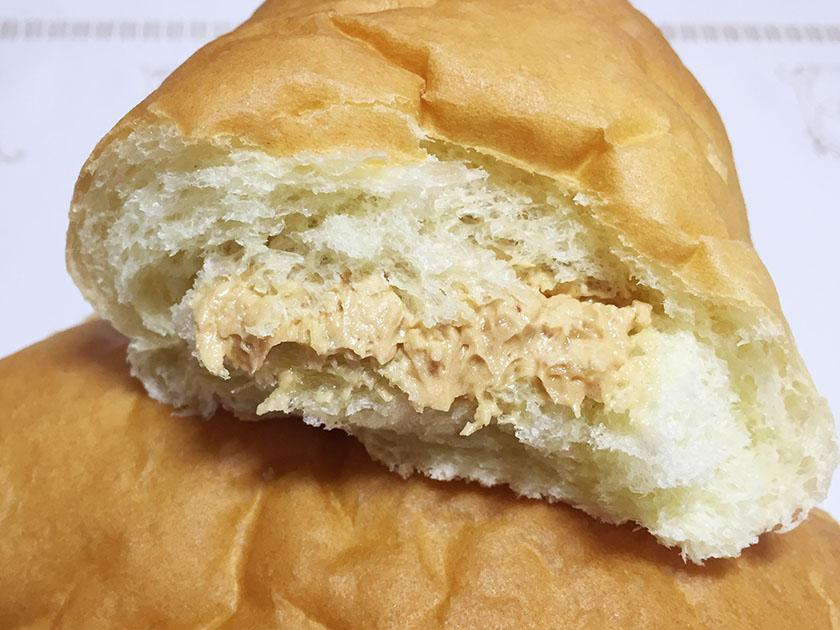 『ロバパン』の「粒つぶピーナッツコッペ」ちぎった様子、パンはふわふわ