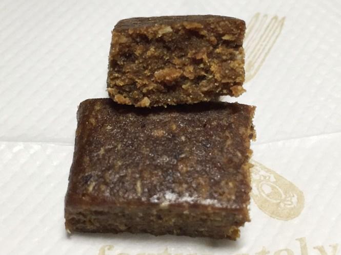『UHA味覚糖』の「HAPPYデーツラムレーズン味」ソフトクッキーのような断面