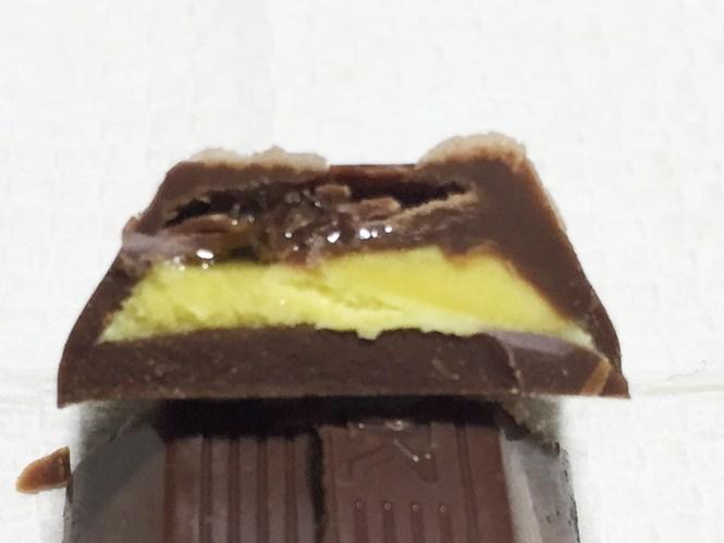 『不二家』の「LOOK焼き安納芋&和栗金飩」濃い黄色の芋クリーム