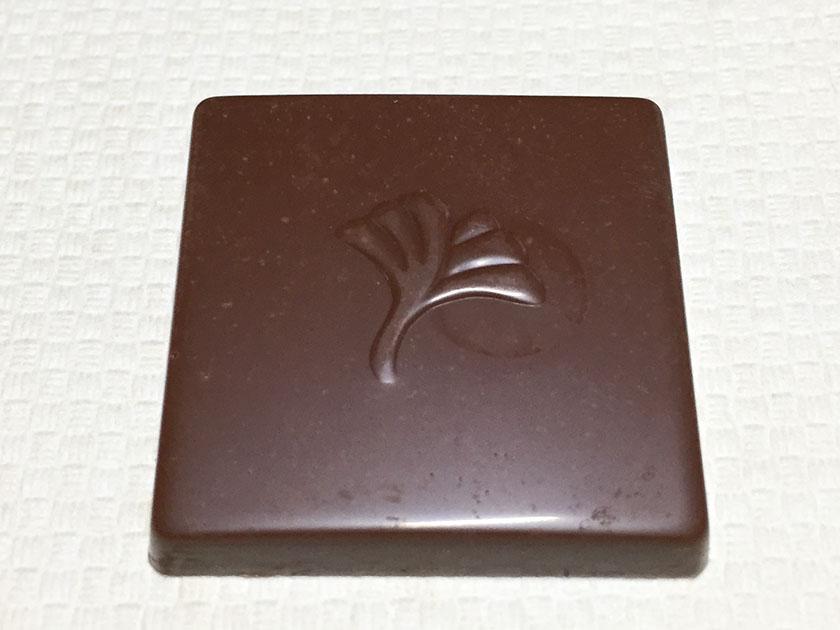 『ロッテ』の「シャルロッテ生チョコレートバニラ」いちょうの葉っぱ