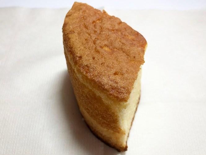 『セブンカフェ』の「ふんわりシフォンケーキ」焼き色もいい感じ