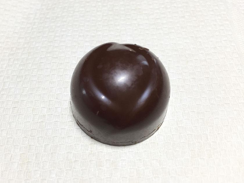『ロッテ』の「ガーナ生チョコレート芳醇カカオ」少し色濃いめ