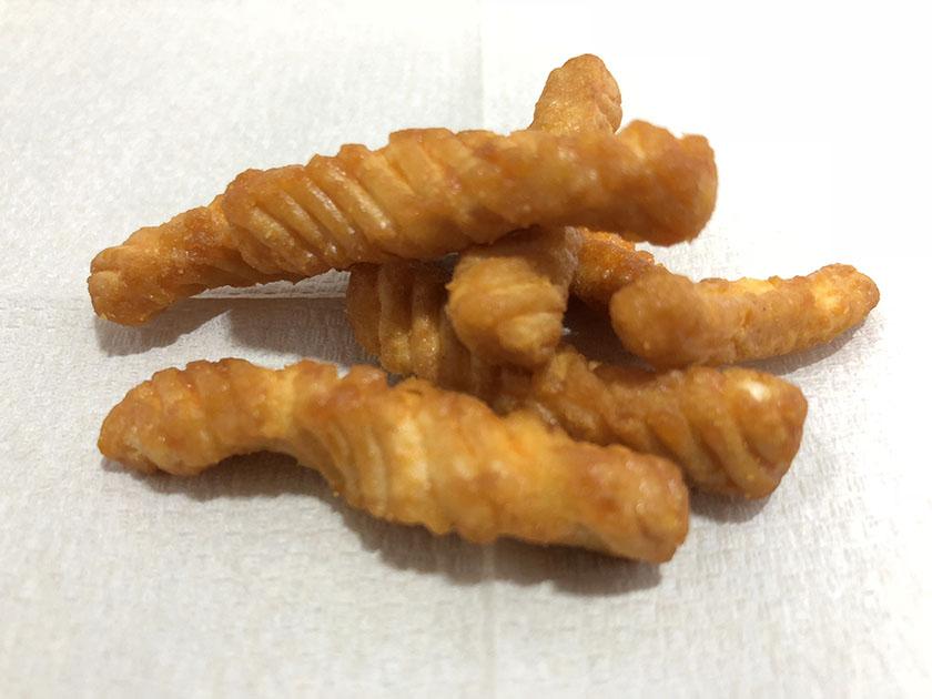 『三幸製菓』の「かりかりツイスト濃厚チーズ味」かっぱえびせん風