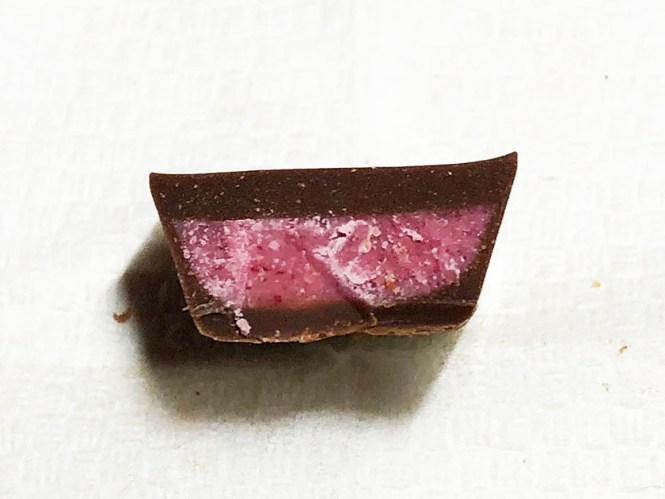 『森永』の「ダース ラズベリーショコラ」中身も鮮やかなピンク