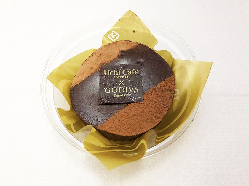 『ウチカフェスィーツ×ゴディバ』の「濃厚ショコラケーキ(ラズベリーガナッシュ入り)」プラスチックケース入り