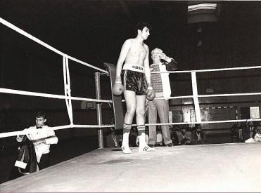 Youssef Debah, dans le coin du ring, avec Monsieur Julien Teissonnières qui lui tend son protège-dents.