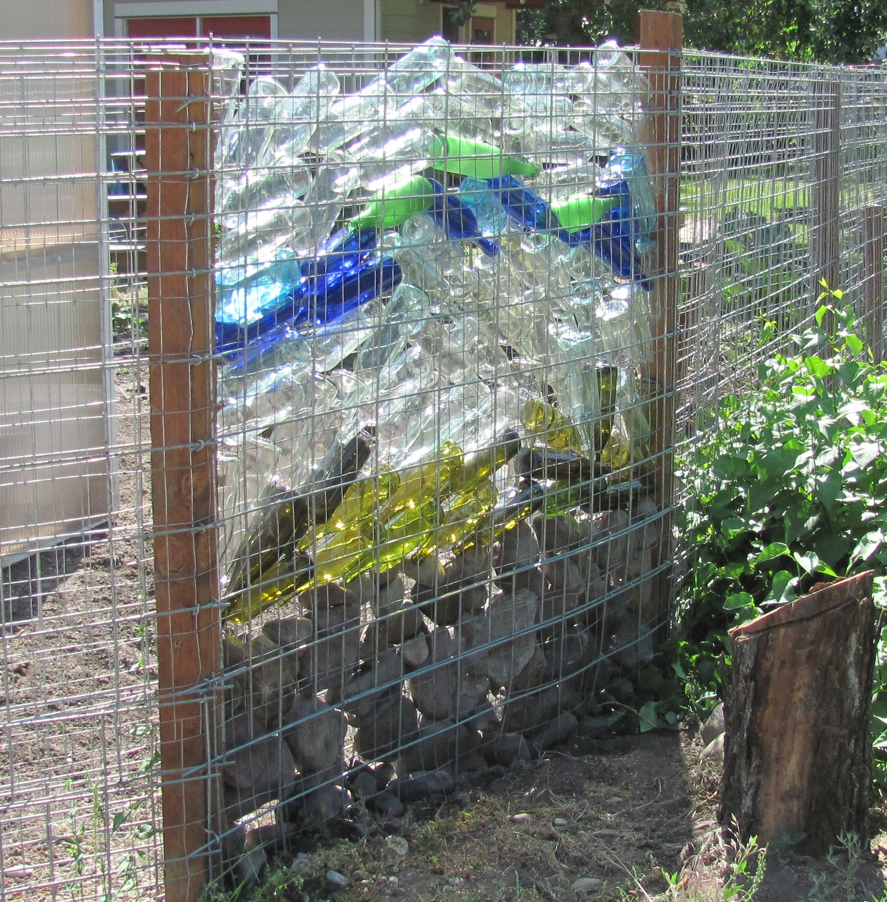 Creative fence design diy ideas for your own front yard for Garden barrier ideas