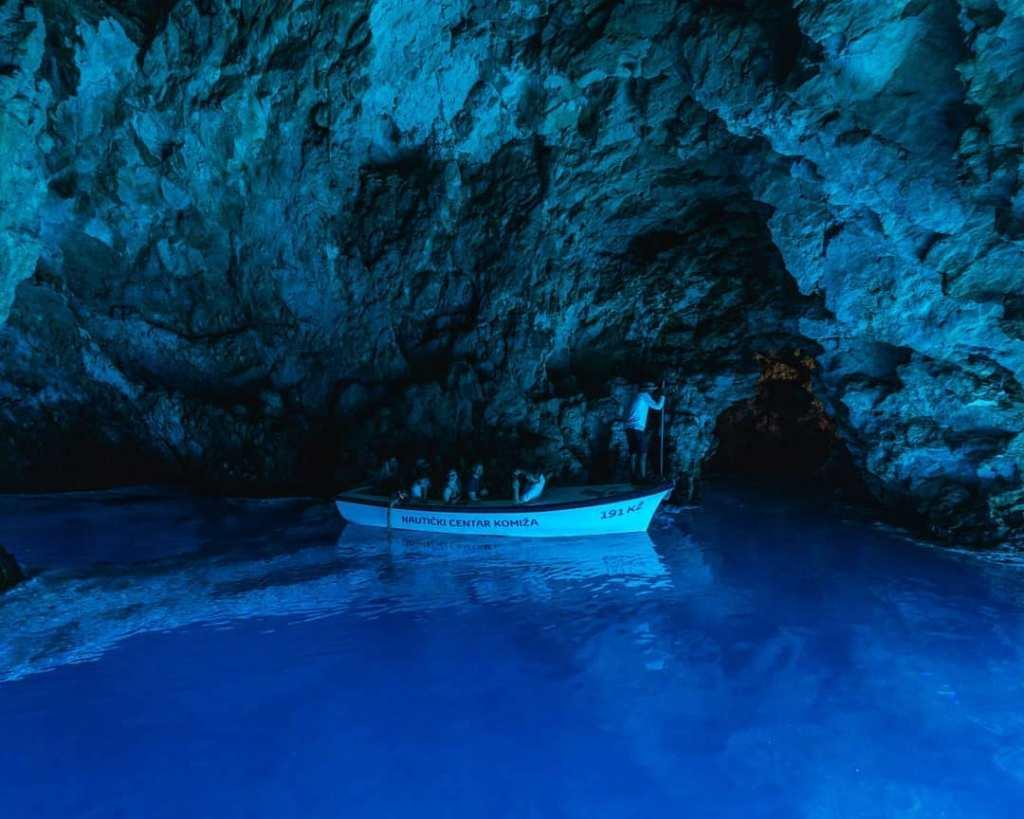 rejs łódką w błekitnej jaskini na wyspie Biševo
