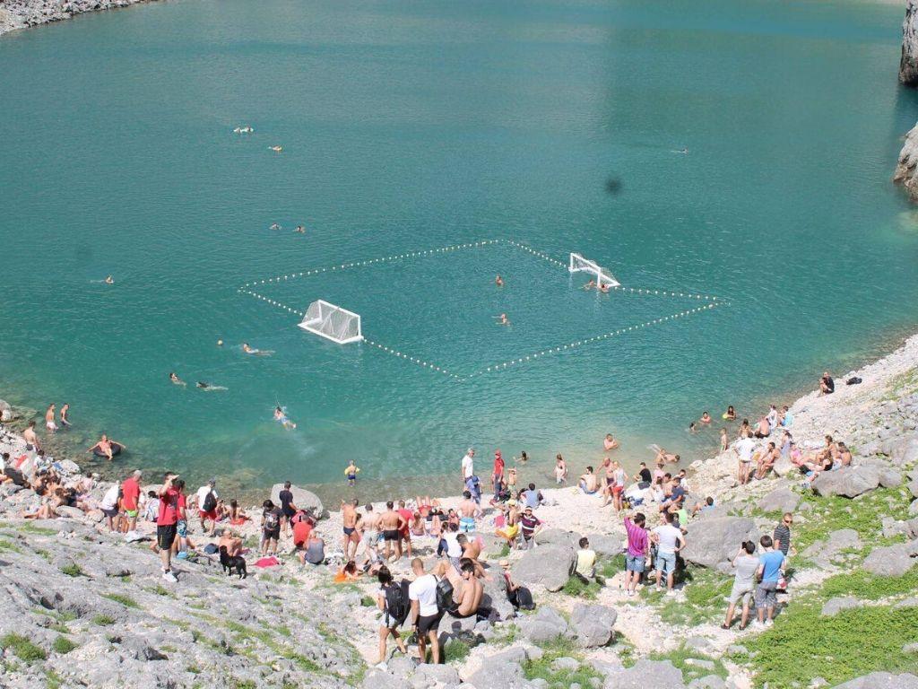 Mecz piłki wodnej rozgrywany w Modrym jezeru