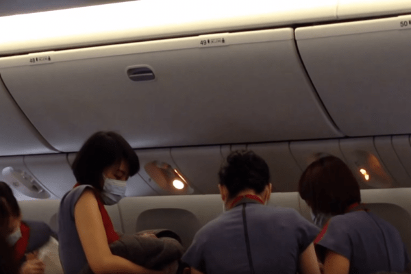 2015-10-19 Women Gives Birth inflight