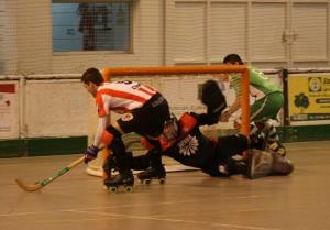 Ros intenta superar el porter visitant  (Foto:  Núria Vila)