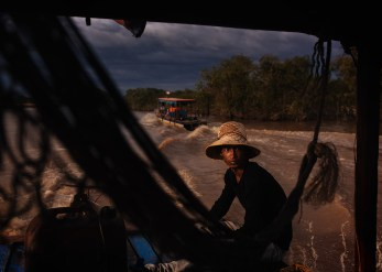 Khmer boatman heading out to the Tonle Sap Lake