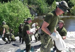 Soldiers from CFB Shilo help sandbag in Souris, Manitoba in July 2011. (PROVINCE OF MANITOBA)