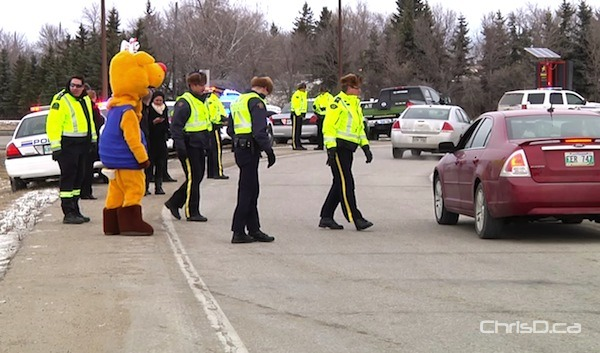 RCMP perform a checkstop near the Perimeter Highway and Portage Avenue on December 2, 2011. (WPGCAMERAMAN / CHRISD.CA FILE)