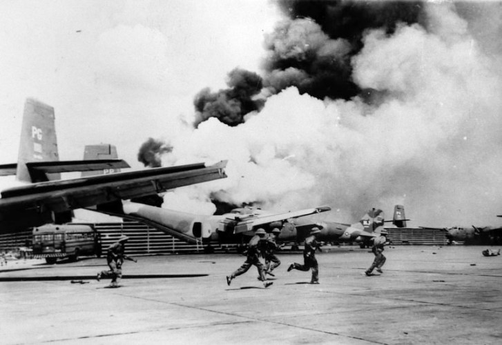 """Liberation soldiers run on airway while attacking the Tan Son Nhat airport"""