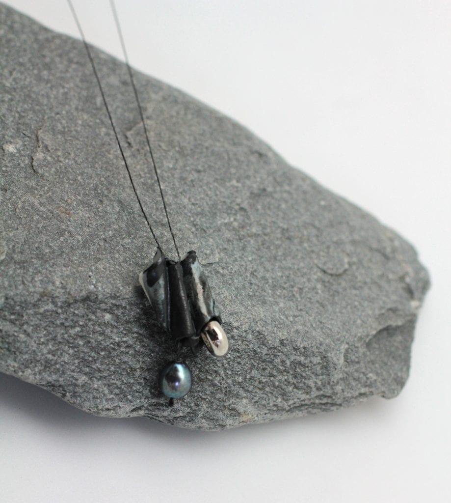 collier--porcelaine-brut-moderne-perle-d'eau-cercle-argenté