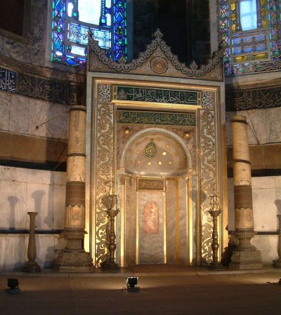 In den Moscheen zeigt die Gebetsnische (Mihrab) die Qibla an, wie hier in der Hagia Sophia. - Radomil (https://commons.wikimedia.org/wiki/File:Haga_Sofia_RB5.jpg), Haga Sofia RB5, https://creativecommons.org/licenses/by-sa/3.0/legalcode
