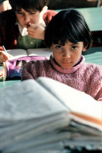 Estudiante - A girl reads (World Bank - Creative Commons)
