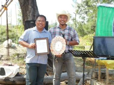 Pastor Dan blessed Azriel our Philippine Cross Builder with a certificate of appreciation and a handmade clock surrounded by sea shells