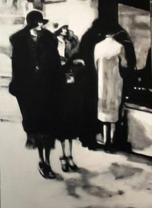 2 femmes qui marchent dans la rue et derriere un couple de dos qui regarde une vitrine