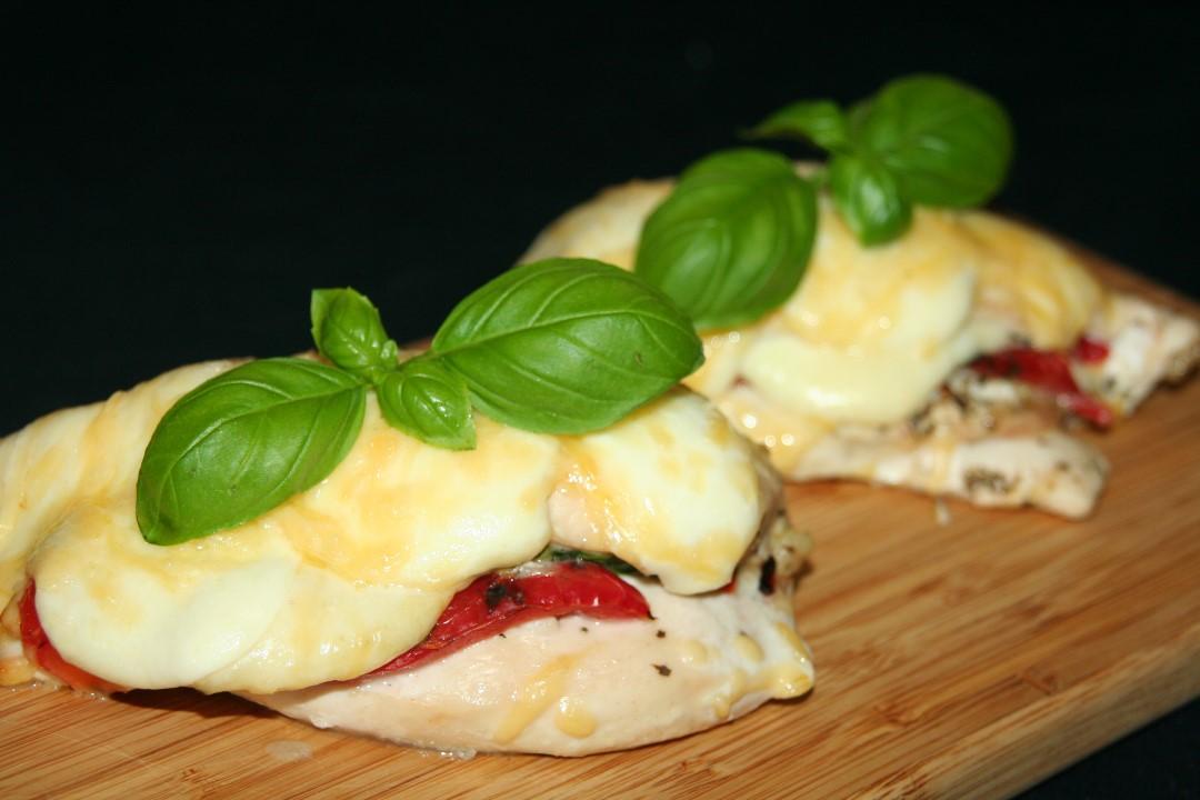 Gevulde kip met gegrilde paprika, mozzarella en basilicum