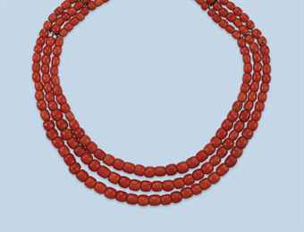 AN ANTIQUE CORAL BEAD NECKLACE