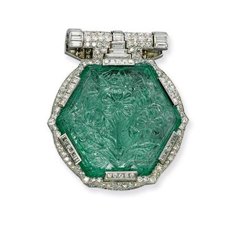 **AN ART DECO EMERALD, DIAMOND AND MOTHER-OF-PEARL BROOCH