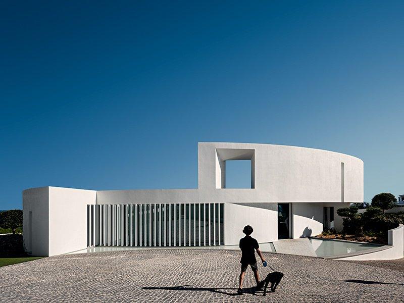 A Elliptical House, também na Luz, Portugal, é baseada em uma forma geométrica encontrada na paisagem algarvia.