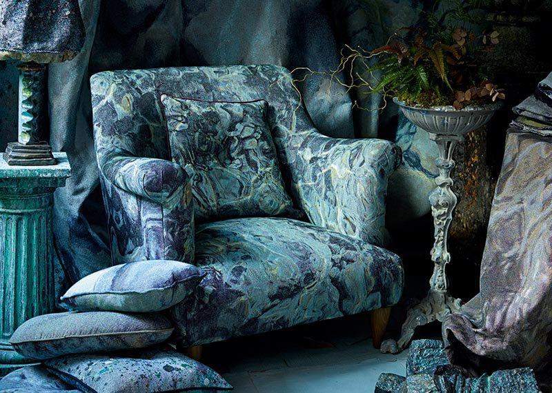 Os tecidos da coleção Rock Pool de Martyn Thompson, feitos para móveis macios, cortinas, revestimentos de parede e estofados, criam uma sensação de contemplar o mar.  Imagem de banner: Em dois tons de acrílico azul, a mesa de console Yves, de Sophie Ashby, faz parte da primeira coleção do Studio Ashby na The Invisible Collection.