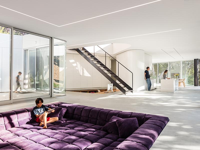 Espaço de plano aberto com sofá quadrado roxo