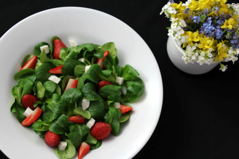 Vogerlsalat mit Erdbeeren