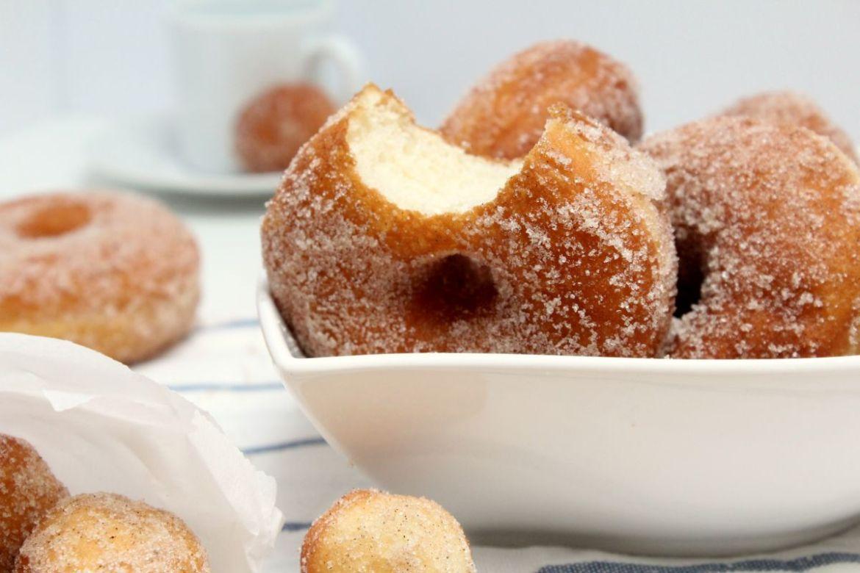 Donuts aus Germteig mit Zimt und Zucker