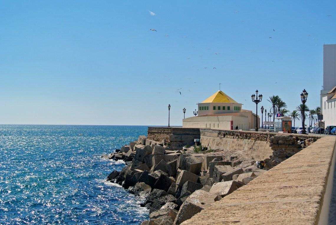 Entlang der Stadtmauer in Cadiz in Andalusien, Spanien