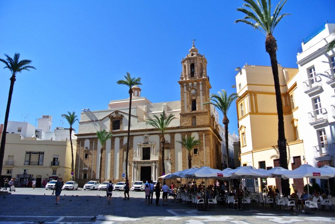Platz vor der Catedral de Cadiz in Andalusien, Spanien