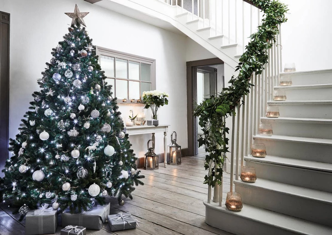 The Expert Guide to Decorating a Christmas Tree ...