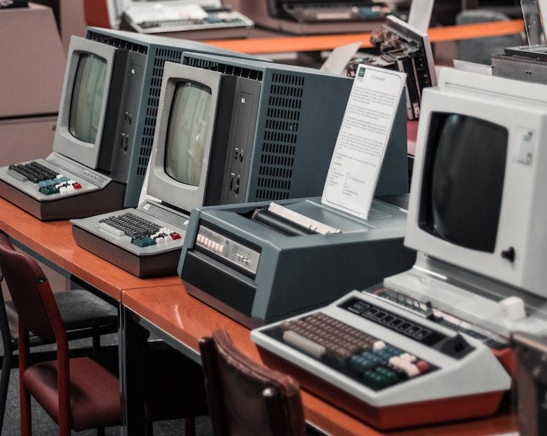 Was ist Edge Computing? Das Foto zeigt alte Computer aus einem Museum.