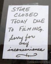 Une affiche indiquant la fermeture d'un magasin de Lethbridge pour le tournage d'Interstellar
