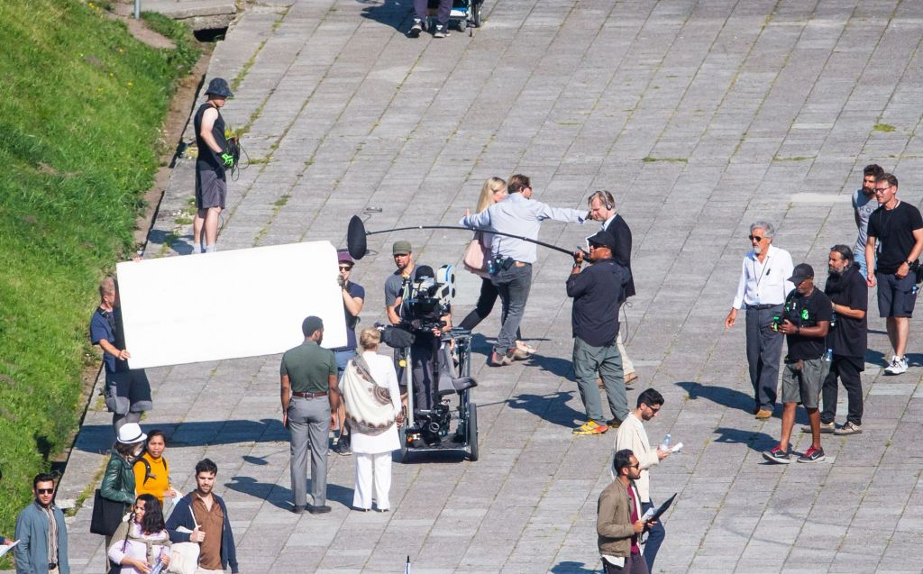 John David Washington, Dimple Kapadia, Christopher Nolan et Hoyte van Hoytema pendant le tournage de Tenet sur Pirita tee, Estonie, le 27 juillet 2019