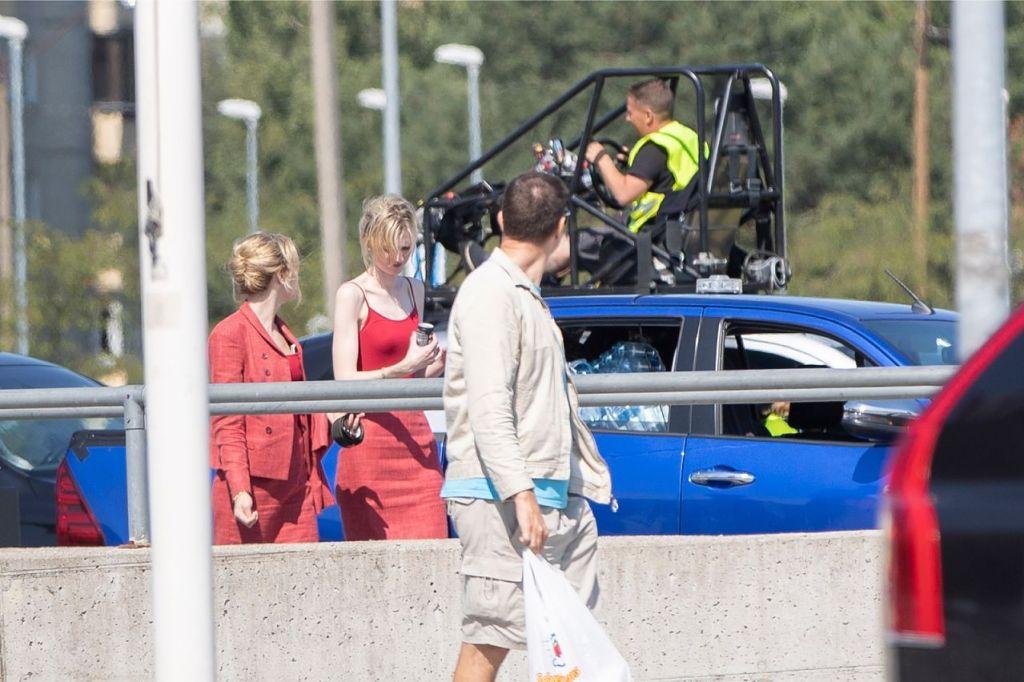 Elizabeth Debicki et sa doublure pendant le tournage de Tenet sur Laagna tee, Estonie, le 24 juillet 2019