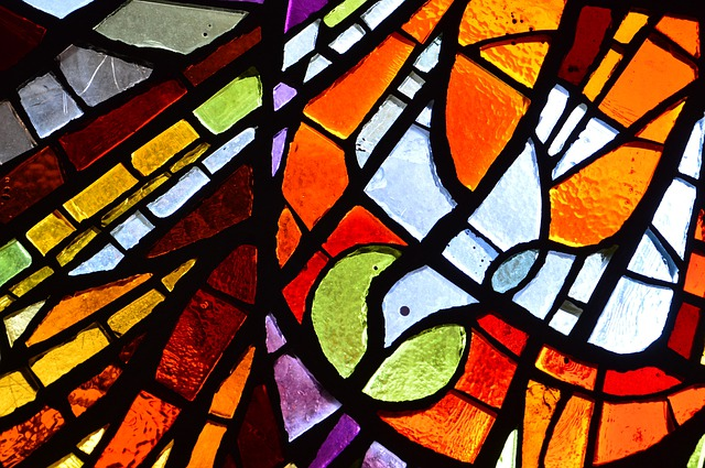 https://pixabay.com/de/photos/heiligen-geist-glasmalerei-religion-4825304/