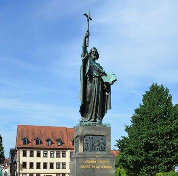 https://pixabay.com/de/photos/fulda-bonifatius-statue-kreuz-3567813/