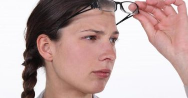 How does CRPS affect the eyes