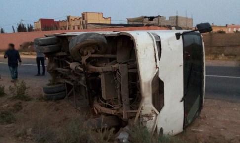 """انقلاب حافلة للنقل في منعرج بـ""""آيت عميرة"""""""