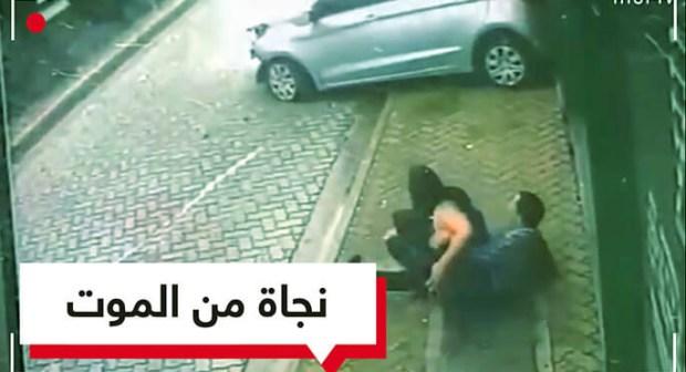 بالفيديو: شاب ينقذ فتاة من الموت في آخر لحظة