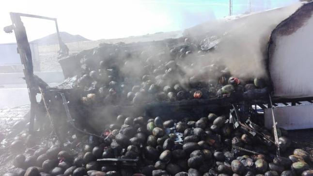 أكادير: بالصور….حريق يلتهم شاحنة محملة بالدلاح على الطريق السيار