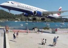بالفيديو.. هبوط طائرة ركاب فوق رؤوس رواد شاطئ