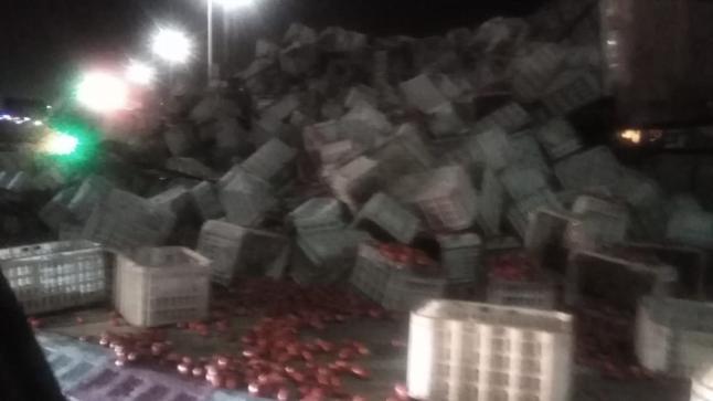 تيكيوين..انقلاب شاحنة من الحجم الكبير محملة بالطماطم