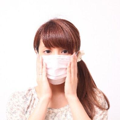 カミソリのキズをマスクで隠したい女性