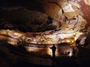 Lascaux cave walls to scale above and the magnificent Main Hall roof below.