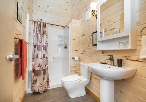 bathroom-churchill-wild-nanuk-polar-bear-lodge-scott-zielke